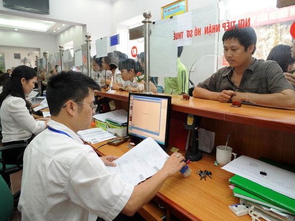Cán bộ Cục Thuế Vĩnh Phúc hỗ trợ hồ sơ thuế & thông tin hóa đơn điện tử cho DN
